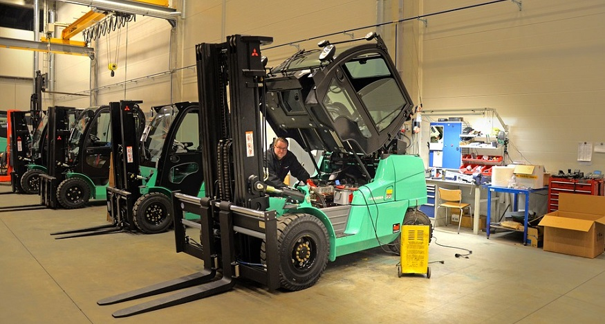 Fuel cell pilot program - Man repairing forklift