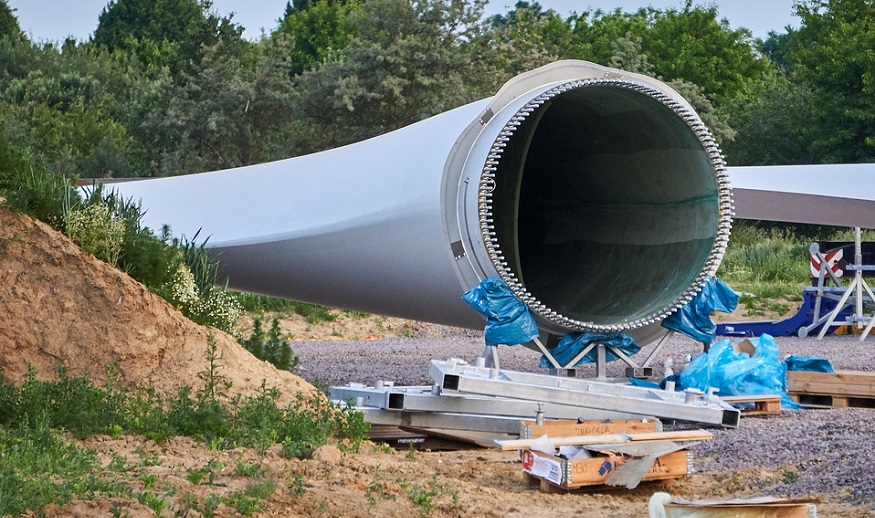 MidAmerican Energy cuts the power in Iowa after wind turbine blades fall
